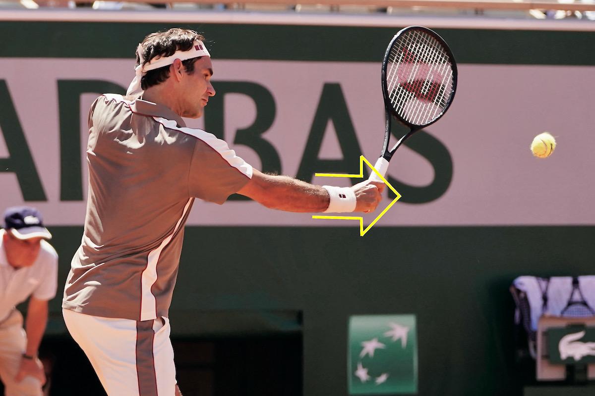 ボールに手の甲でパンチするように打つと安定感のあるスライスに